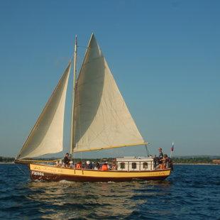 Яхта Корсар для морской прогулки